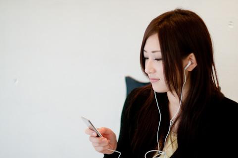 女性音楽を聴く
