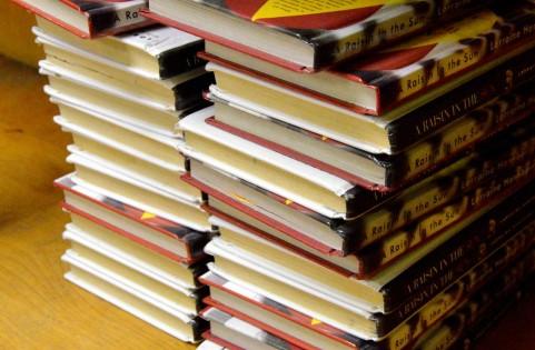 大量の本が積み重なっている